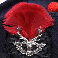 Original Queens Own Highlanders size plume hackle for Scottish military and civilian headwear. Can be worn with a glengarry or with a balmoral. As supplied to the Ministry of Defence (MOD) for
